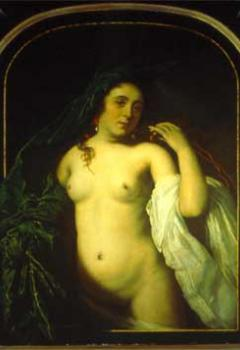 Femme dévoilée soulevant une draperie