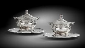 Deux pots à oille du Service Walpole et leurs plateaux